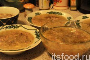 Разливаем холодец по глубоким тарелкам, добавляем черный молотый перец. Окончательное охлаждение производим в холодильнике.