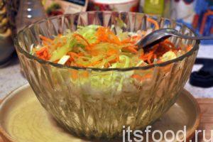 Добавляем в салатник соломку из корнеплодов, нарезанный на тонкие кольца острый перец чили, выжимаем треть лимона и немного соли.