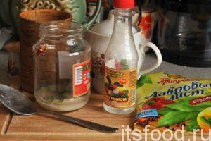 Добавим в чистую стеклянную банку емкостью 0.5 литра необходимое количество сахара и соли, добавим уксус и кусочки лаврового листа.