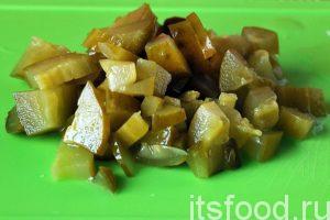 Нарежем соленые огурцы и добавим их к моркови и луку.