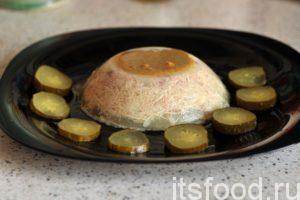 Холодец из свиных ножек по рецепту с курицей готов. Опрокидываем содержимое тарелки на плоское блюдо и подаем холодец на стол. Горчица – это непременная приправа для свиного холодца с курицей.
