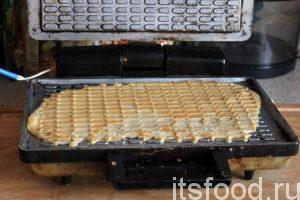 Продолжаем непрерывную разливку вафель в горячую форму и их выпечку.