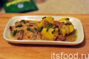 Выкладываем картошку с тушенкой, сваренную по самому простому фото-рецепту на тарелку. Добавляем грибной соус и подаем на стол. Блюдо можно украсить нарезкой зелени.