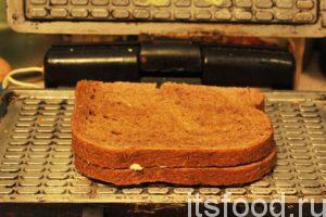 Заряжаем следующий полуфабрикат чизбургера и повторяем процесс. Когда все приготовлено: нарезаны ломтики хлеба и намазаны сыром внутри, а снаружи растительным маслом, процесс выпечки происходит очень быстро. Практически – это поточное производство.