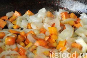 В небольшой сковородке накалим растительное масло. Сначала закладываем на обжарку морковь с луком. Постоянно помешиваем, стараясь не пережарить заправку. Добавляем в сковородку нарезку красного сладкого перца. Острый перец лишается своих жгучих семян и крошится прямо в кастрюлю с супом. Тушим заправку минут 5 и выливаем содержимое сковородки в кастрюлю.