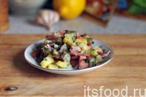 Салат немецкий с картофелем готов. Раскладываем и подаем его в плоских тарелках как горячее блюдо. Необычный вкус, гармония ароматов и сытность отличают это блюдо.