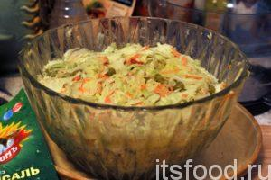 Капустный салат готов. Его нужно закрыть крышкой и подержать 40-45 минут в холодильнике. Вкус салата после такой паузы всегда улучшается.
