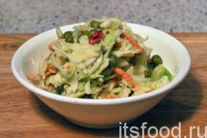Выкладываем салат капустный в небольшие салатницы и подаем на стол. Его можно использовать как добавление к гарнирам.