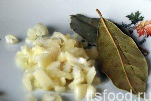 Незадолго до окончания приготовления супа со шпинатом добавляем в суп лавровый лист и нарезанный чеснок.