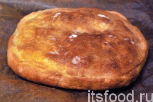 Вынимаем готовый пирог с мясным фаршем. Смазываем его поверхность кусочком сливочного масла и даем ему остыть.