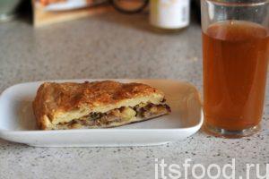 Пирог с мясным фаршем готов. Нарезаем его на порционные куски, раскладываем по тарелкам и подаем на стол.