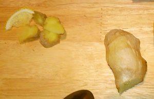 Тонко нарезать или натереть на терке имбирь, отрезать дольку лимона