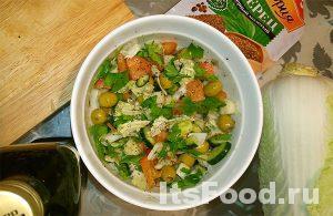 Добавить в нашинкованные овощи черный молотый перец по вкусу, несколько столовых ложек растительного масла и все тщательно перемешать.