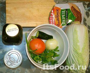 Сперва нужно подготовить для простого салата необходимые ингредиенты: лук почистить, петрушку, помидор, огурец помыть, открыть банку с оливками и слить из нее сок.