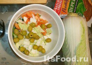 Мелко нашинковать петрушку, лук, огурец, помидор, китайскую капусту или салат качанный. Затем добавить пару столовых ложек оливок без косточек.