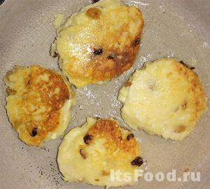 Слепить сырнички в виде котлеток и обжарить на сковороде до образования поджаристой корочки.