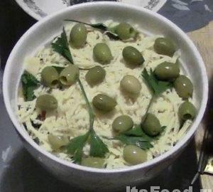 Положить сверху оливки или маслины и несколько веточек петрушки или сельдерея - так, чтобы смотрелось аккуратно.