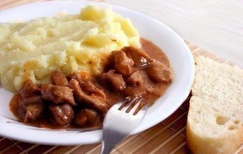 5 рецептов подливок для картофельного пюре