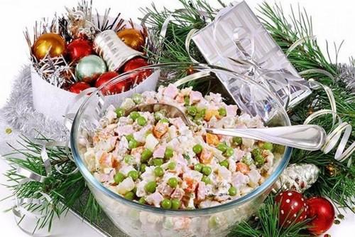 5 стандартных салатов, без которых сложно представить новогодний стол