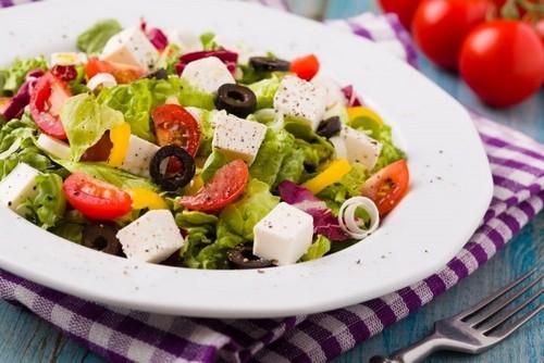 4 популярных рецепта греческого салата к праздничному столу