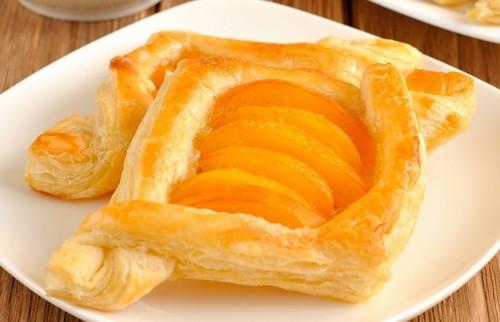 6 рецептов десертов с консервированными персиками