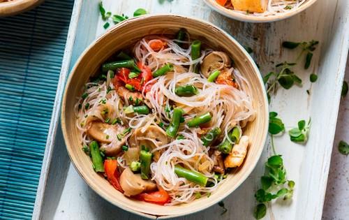 Салат с фунчозой – 4 элементарных рецепта