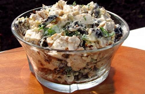 салат с куриной грудкой, грецким орехом и черносливом