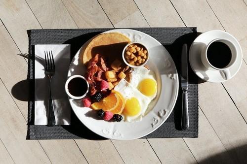 Яичница с беконом по утрам – а есть ли польза