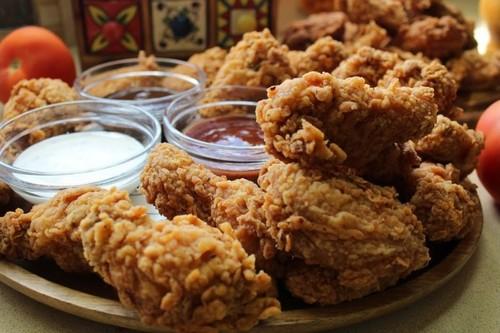 Куриные крылышки в панировке на мангале – 2 рецепта