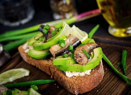 И в пир, и в мир – 5 интересных вариантов бутербродов со шпротами