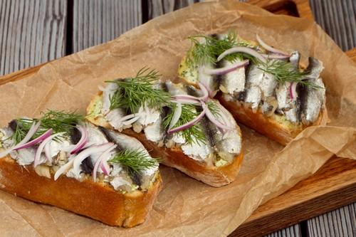 4 способа разнообразить бутерброды с килькой