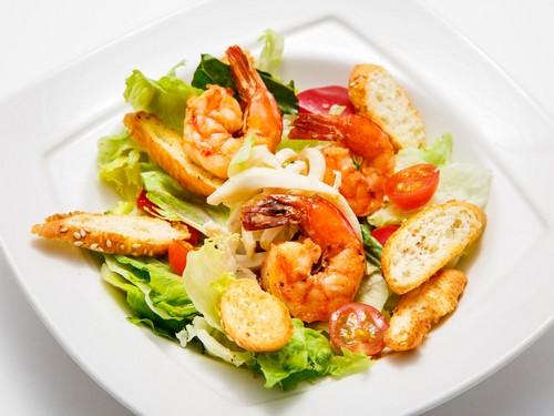 4 рецепта легких салатов с креветками