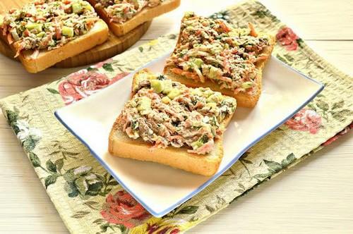 Не шпротами едиными – 5 рецептов бутербродов с консервированной рыбой
