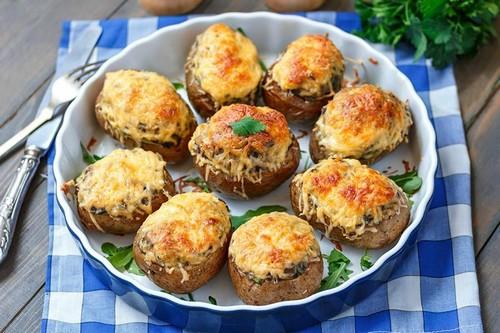 Удиви гостей своей картошкой – 3 интересных рецепта фаршированного картофеля