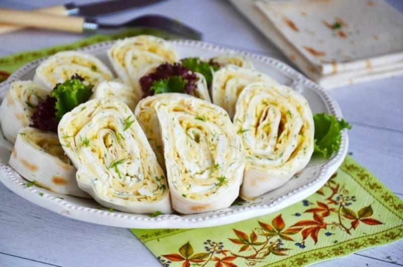 Закуска из лаваша с сыром: готовить — считанные минуты, а начинку можно менять хоть каждый день