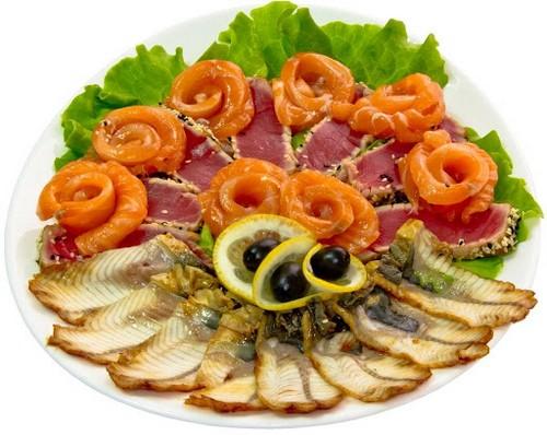 Рыбная тарелка на новогодний стол 2021: что нарезать и 3 варианта красивого оформления