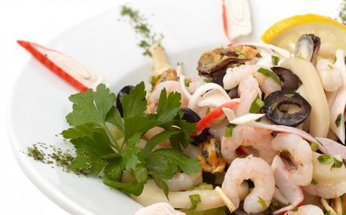Когда греческий надоел: 3 сытных салата с оливками на новогодний стол в год Быка