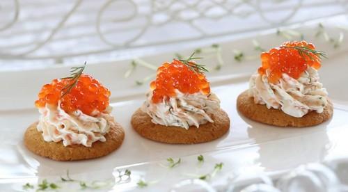 Долой тарталетки: 5 салатов, которые можно подать на крекерах к новогоднему столу 2021