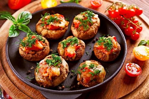 Горячее с грибами к новогоднему столу 2021: 6 оригинальных рецептов без мяса